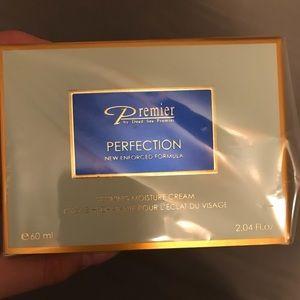 Dead Sea premier refining moisture cream